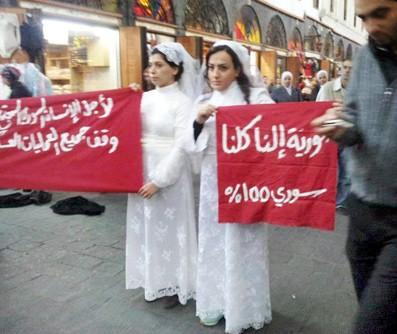 """Une image tirée d'une vidéo montrant les """"mariées de la paix"""" lors de leur manifestation le 21 novembre 2012 à Damas."""