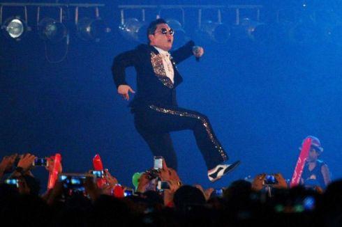 Chez lui, Psy est réputé pour ses performances sur scène et sa personnalité légèrement en marge d'une société sud-coréenne très normative.