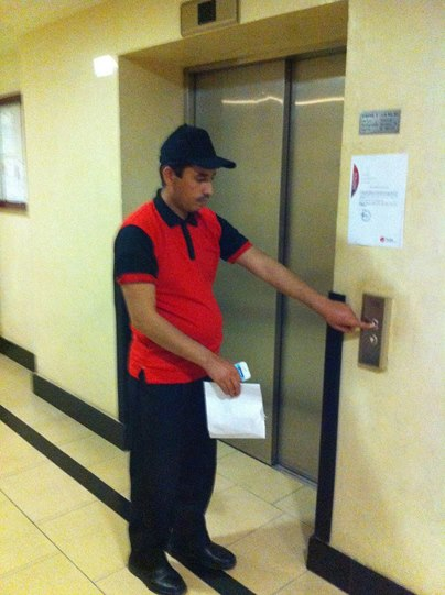 """Un """"agent"""" de Durex déguisé en livreur de pizza et prêt à effectuer sa première """"mission"""". Photo tirée de Facebook"""