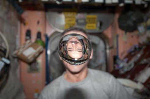 « Voici de l'eau en impesanteur. Cette image est amusante à regarder, peu importe dans quel sens on la place ». (Photo Chris Hadfield/NASA)