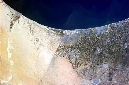 « Les frontières sont généralement invisibles depuis l'espace, mais celle séparant l'Egypte d'Israël ne l'est pas. »(Photo Chris Hadfield/NASA)
