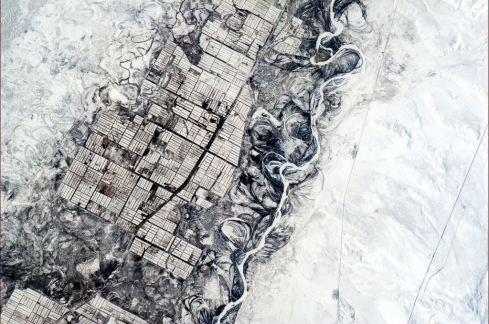 « Les humains ont besoin de lignes droites, mais pas la nature ». (Photo Chris Hadfield/NASA)