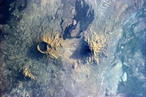 « La Terre a un problème d'acné : l'un a éclaté, l'autre pas. » (Photo Chris Hadfield/NASA)