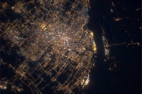 « Shanghai, en Chine. 23 millions d'habitants. » (Photo Chris Hadfield/NASA)